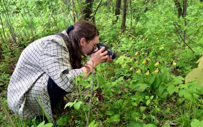 Autorka podczas dokumentacji fotograficznej obuwików