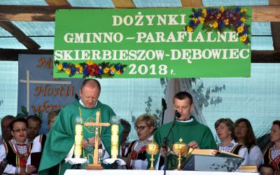 Mszę Świętą celebrują ks. Janusz Wyłupek (z prawa) i ks. Janusz Dudzicz (z lewa)