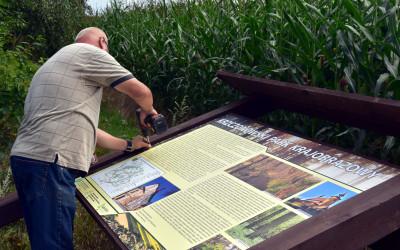 Montaż tablicy informacyjnej o Krzczonowskim Parku Krajobrazowym