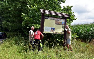 Ustawianie tablicy informacyjnej o Krzczonowskim Parku Krajobrazowym