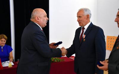 Arkadiusz Bratkowski nagradza Odznaką Honorową Zasłużony dla Województwa Lubelskiego wójta gminy Grabowiec Waldemara Greniuka