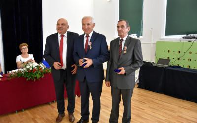 Odznaczeni Odznaką Honorową Zasułożny dla Województwa Lubelskiego Waldemar Greniuk i Zdzisław Koszel z Arkadiuszem Bratkowskim