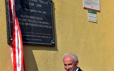 Pamiątkową tablicę odsłania wójt gminy Grabowiec Waldemar Greniuk