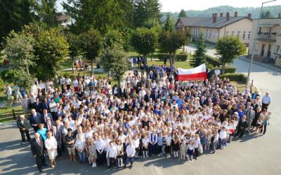 Pamiątkowe zdjęcie uczestników uroczystości, fot. Archiwum UG w Grabowcu