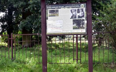 Tablica informacyjna przy cmentarzu z I wojny światowej na Dulniku
