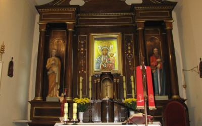 Figury śww. Piotra i Pawła przywiezione z Rzymu stoją obecnie w ołtarzu głównym kościoła w Łaziskach