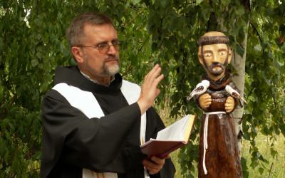 O. Zbigniew Świerczek, franciszkanin konwentualny i jeden z założycielu Ruchu Ekologicznego św. Franciszka z Asyżu dokonuje poświęcenia figurki Patrona Ekologów