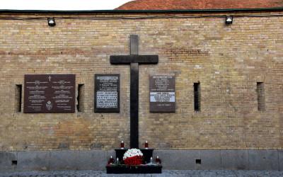 Mur z powstańczym krzyżem