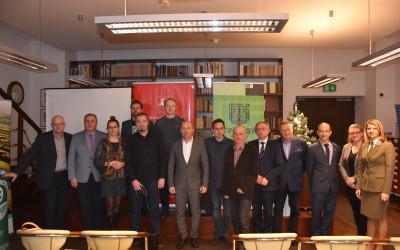 Pamiątkowa fotografia uczestników konkursu i zaproszonych gości