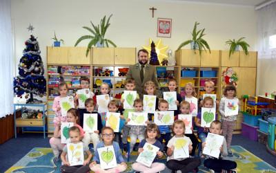 Grupa przedszkolna ze swoimi malowankami