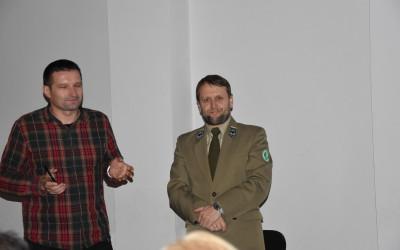 prezes Zamojskiego Towarzystwa Przyrodniczego Tomasz Kobylas, z lewej