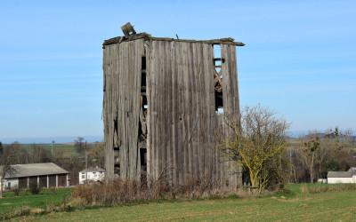 malownicze ruiny w krajobrazie rolniczym