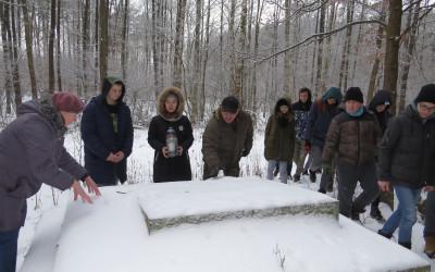 Młodzież zapala znicz na grobie z okresu II Wojny Światowej