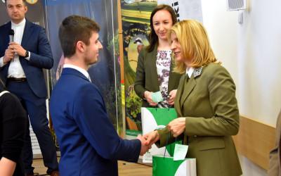 Nagrodę wręcza dyrektor ZLPK Justyna Jędruch