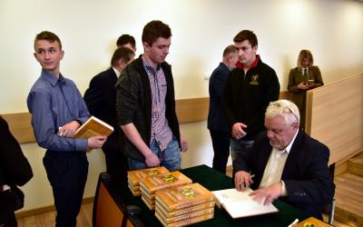 Prof. Jerzy Wilde podpisuje podrecznik Hodowla pszczół