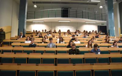 Uczestnicy etapu okręgowego XXXIV OWE piszą część testową