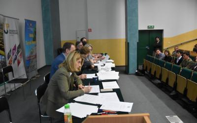 Członkowie komisji etapu okręgowego XXXIII OWE podczas pracy
