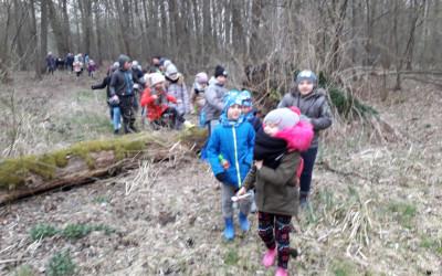 Fot.6. Zanim zapadł zmrok uczestnicy musieli  pokonać kilka kilometrów marszu przez trudny teren
