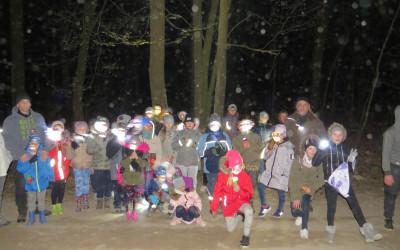 Fot.8. Uczestnicy warsztatów w ciemnym lesie