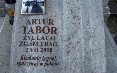 Tablica na grobie Artura Tabora