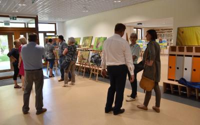 18. Uczesnicy zwiedzający wystawy, w tle wystawa pt. Mikropolesie