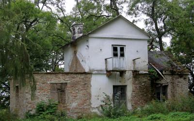 Pawilon Biwak popadający w ruinę