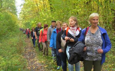 4. Ponad 100 turystów na wąskiej ścieżynce niebieskiego szklaku