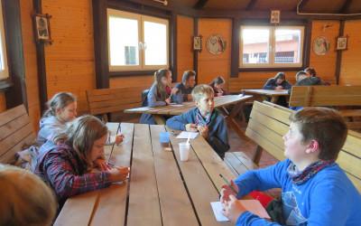 10. Młodzi turyści czekający na Konkurs Krajoznawczy