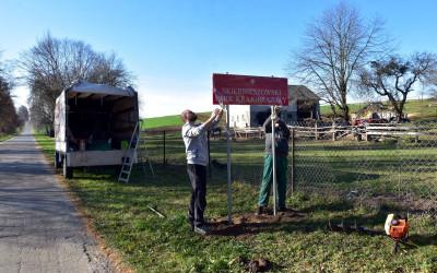 montaż tablicy granicznej w Żukowie