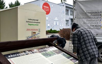 montaż tablicy przy CKG Jabłonna w Piotrkowie Drugim
