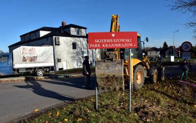 pracę należy sobie ułatwiać - demontaż starej tablicy w Dębowcu