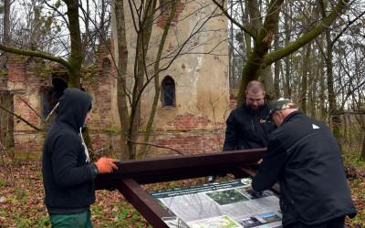 montaż tablicy przed kordegardą zespołu parkowo-pałacowego w Stryjowie