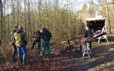 Stawianie tablicy w Lesie Kulig
