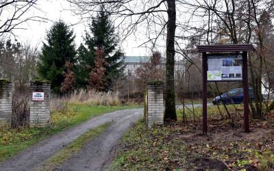 tablica przed zespołem parkowo-pałacowym w Orłowie Murowanym