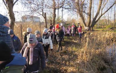 Mimo braku śniegu dzieci ochoczo przeczesywały teren w poszukiwaniu śladów bytowania zwierząt