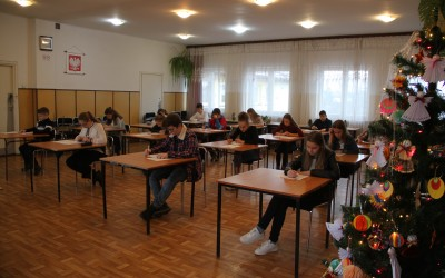 Uczestnicy konkursu podczas rozwiązywania testu