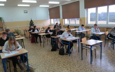 Ze względu na dużą ilość uczestników test pisano w dwóch salach lekcyjnych
