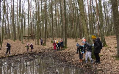 Uczniowie pochłonięci poszukiwaniem tropów