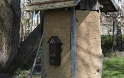 Prace nad renowacją hotelu dla owadów