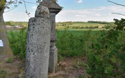 Kapliczka w Branewce zniszczona przez miejscowych wandali, pierwotnie miała wysokość 3 metrów