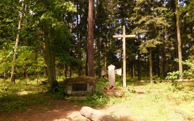 Pamiątkowe krzyże na szczycie wzgórza Kościółek