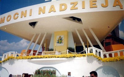Ołtarz papieski przy kościele pw. Matki Bożej Królowej Polski w Zamościu, 1999 rok
