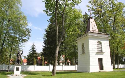 Dzwonnica obok kościoła parafialnego