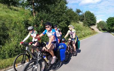 Młodzi rowerzyści na trasie