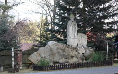 Pomnik Jana Pawła II przy kościele w Siedliskach, fot. K. Kowalczuk