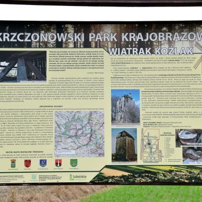 """Tablica """"wiatraczna"""" w Krzczonowskim Parku Krajobrazowym"""